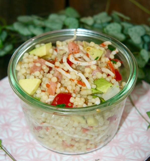 "alt=""salade de perles avocat-saumon-surimi-tomates"""